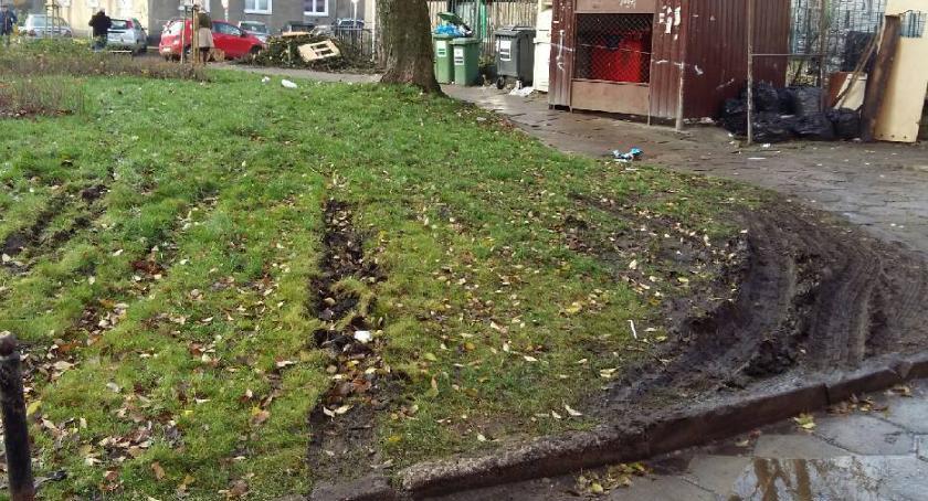 parkowanie, Zniszczony skwerek - zdjęcie, fotografia
